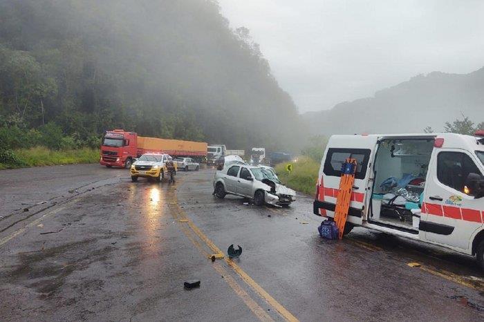 Foto: Bombeiros Farroupilha/ Divulgação - Logan bateu na traseira de caminhão na manhã desta terça-feira