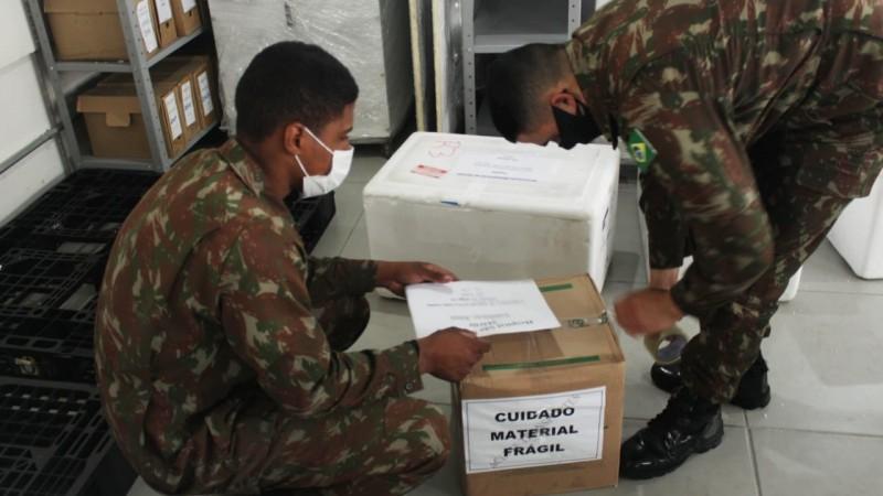 Militares do Exército organizam caixas com kit intubação para ser entregue aos hospitais - Foto: Sargento Souza Lima / Exército Brasileiro / Divulgação