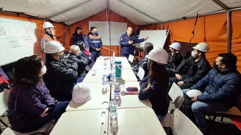 Reunido com equipes de engenharia, tenente-coronel Estevam, comandante do 1° Batalhão do CBMRS da capital, detalha área de busca - Foto: Divulgação SSP