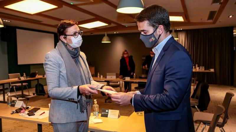 Presidente da Microsoft no Brasil, Tânia Cosentino entregou documento a Leite que oficializa o interesse em firmar acordo com RS - Foto: Gustavo Mansur / Palácio Piratini