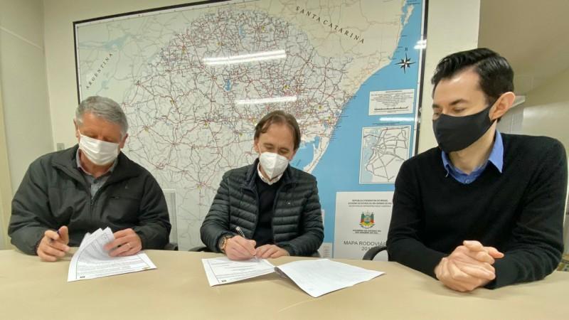 Secretário Costella (C) assina termo de cooperação com o prefeito de Vista Gaúcha, Claudemir Locatelli, ao lado de Faustino - Foto: Divulgação Selt