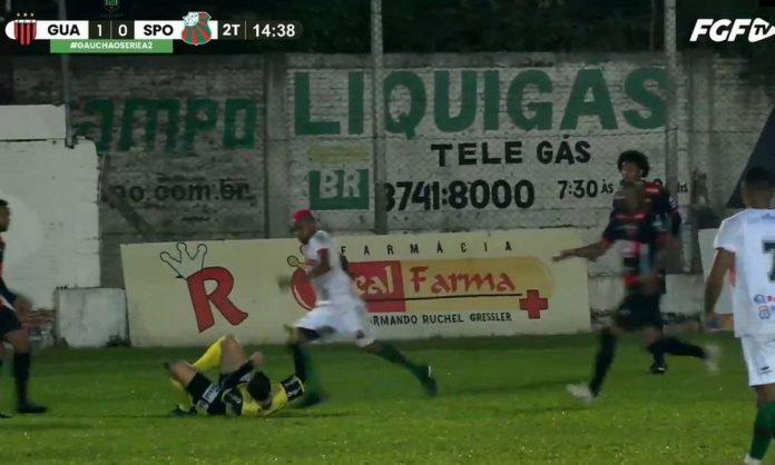 Jogador Willian Ribeiro chuta cabeça de árbitro em jogo da segunda divisão do Campeonato Gaúcho (Foto: Reprodução / FGF)